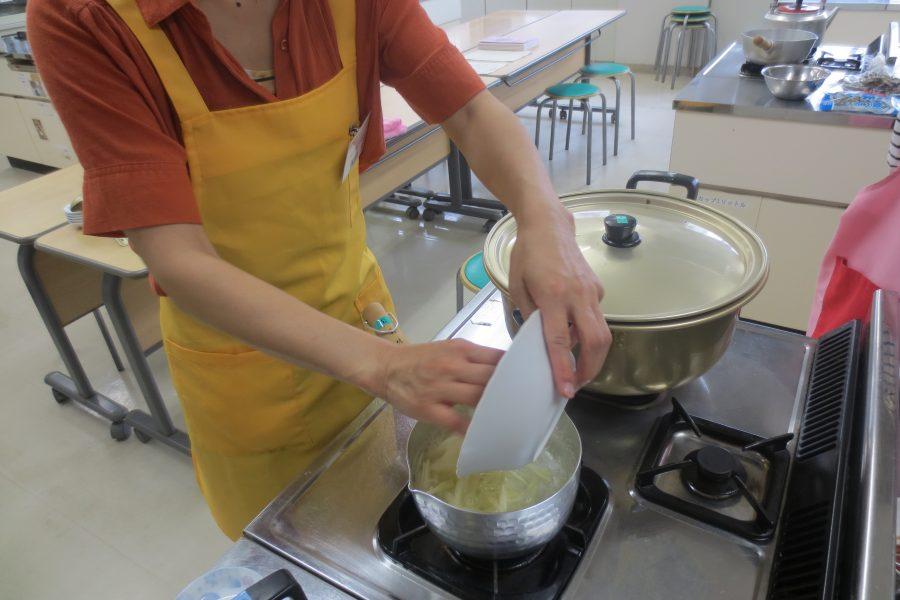 水だしで加熱中の煮物は、しばらくほったらかし。その間に別のもう一品を作ります。
