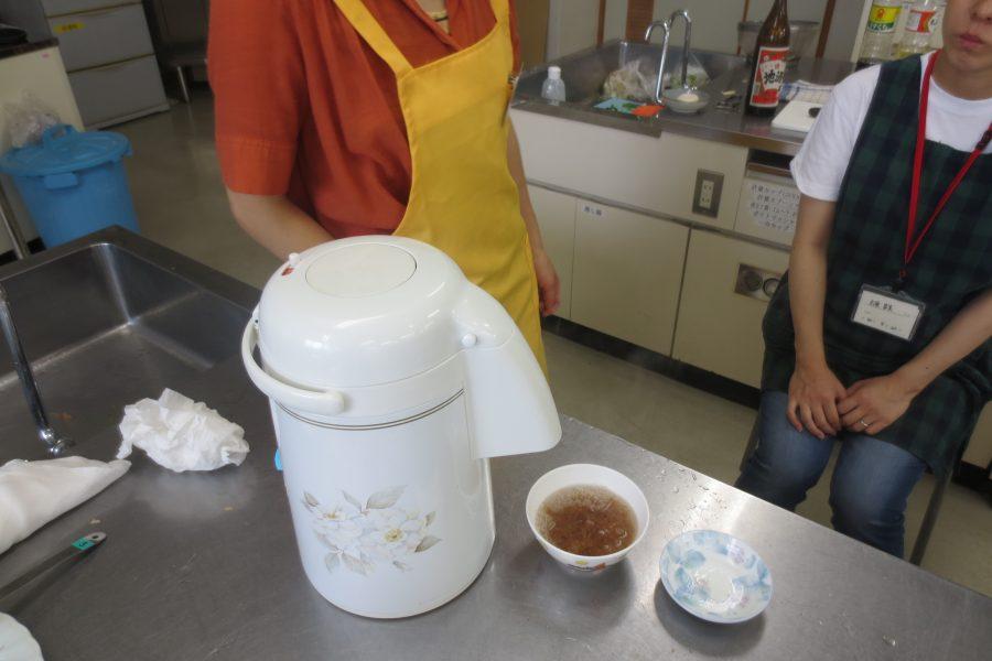 鰹節にポットのお湯を注ぐだけで、即席かつおだしの完成です。小松菜のおひたしに使います。